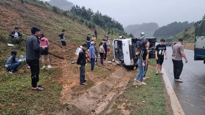 Xe chở khách mất lái bị lật, 1 người tử vong
