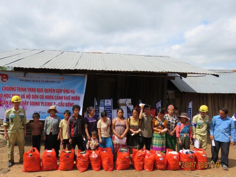 Truyền tải điện Đắk Lắk tặng quà, tuyên truyền bảo vệ lưới điện cho đồng bào Mông
