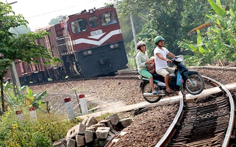 Trên tuyến đường sắt Bắc - Nam dài 1.730 km, đang có hơn 4.200 đường ngang bất hợp pháp. Đây  là những đường ngang chết chóc ám ảnh lái tàu