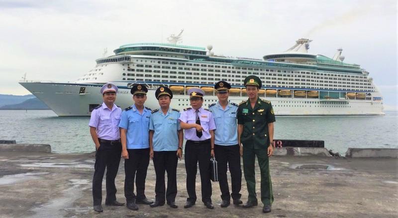 Cảng vụ Hàng hải Thừa Thiên Huế và lực lượng liên ngành làm thủ tục nhập cảnh cho tàu du lịch quốc tế vào Cảng Chân Mây