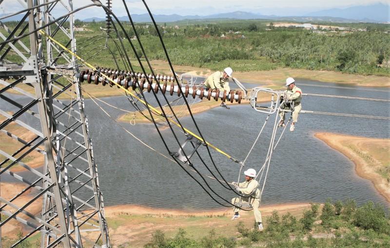 """Đường dây 500 kV mạch 3 làm """"nóng"""" thị trường xây lắp điện cuối năm"""