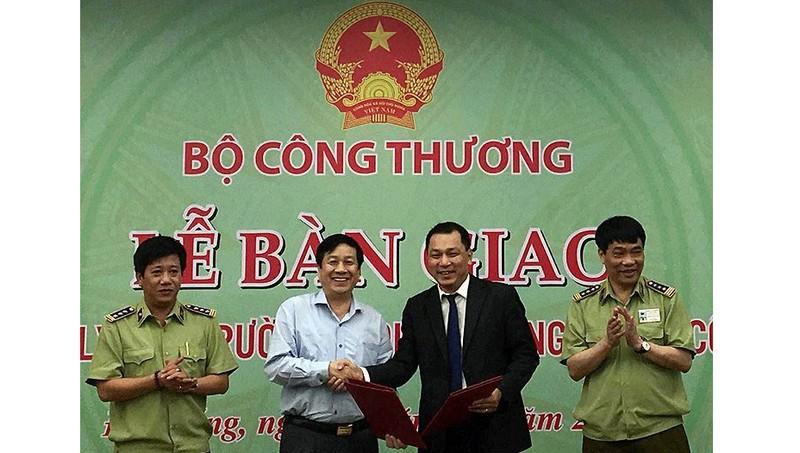 Lễ bàn giao Chi cục QLTT Quảng Bình về Bộ Công thương