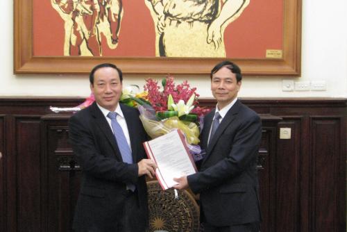Cuối năm 2014, Bộ GTVT công bố Quyết định ông Nguyễn Văn Thạch (phải) làm Vụ trưởng Vụ An toàn giao thông qua thi tuyển