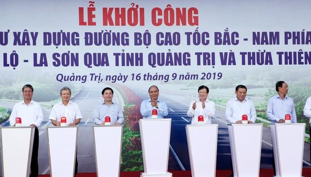 Sau gần 2 tháng khởi công, cao tốc đoạn Cam Lộ - La Sơn (qua Quảng Trị) mới bàn giao được 26km.