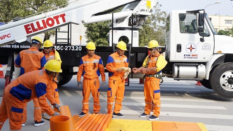 PC Thanh Hóa là đơn vị  sớm sử dụng xe hotline để sửa chữa điện 220kV đang mang điện