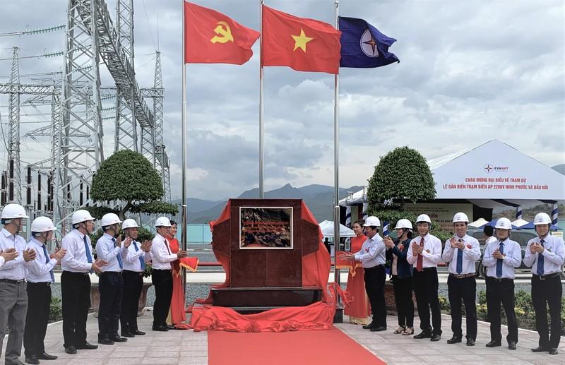 Lãnh đạo tỉnh Ninh Thuận và EVN tại Lễ gắn biển công trình Trạm biến áp 220 kV Ninh Phước