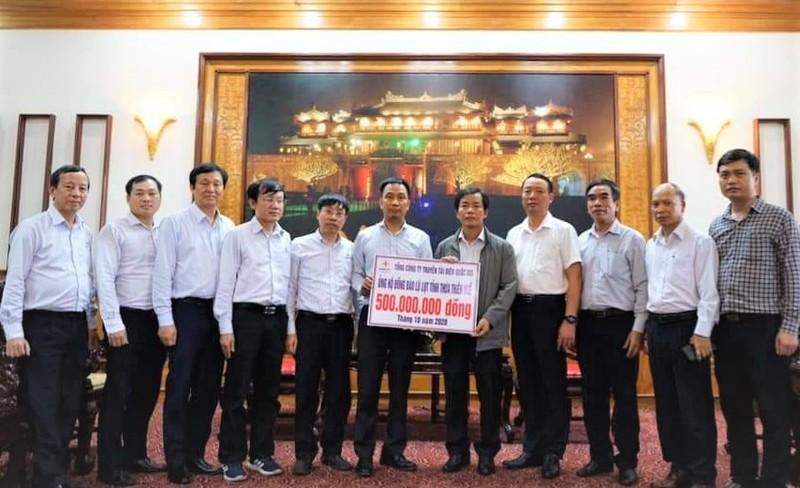 Chủ tịch EVNNPT Nguyễn Tuấn Tùng (thứ 6, trái sang) trao tiền ủng hộ  nhân dân tỉnh Thừa Thiên Huế.