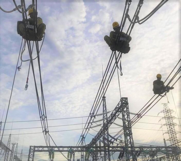 Công nhân Đội Dịch vụ kỹ thuật Thanh Hóa lắp đặt thiết bị trên công trường TBA 220kV Đình Vũ