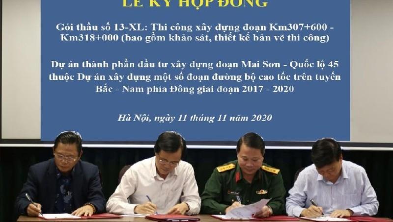 Đại diện PMU Thăng Long và liên danh nhà thầu ký Hợp đồng thi công Gói thầu 13-XL, đoạn Mai Sơn - QL45.