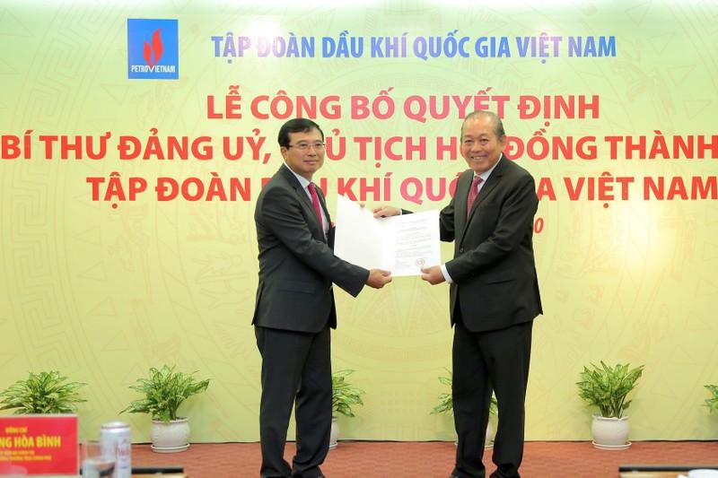 Phó Thủ tướng Thường trực Trương Hòa Bình trao Quyết định bổ nhiệm cho ông Hoàng Quốc Vượng.