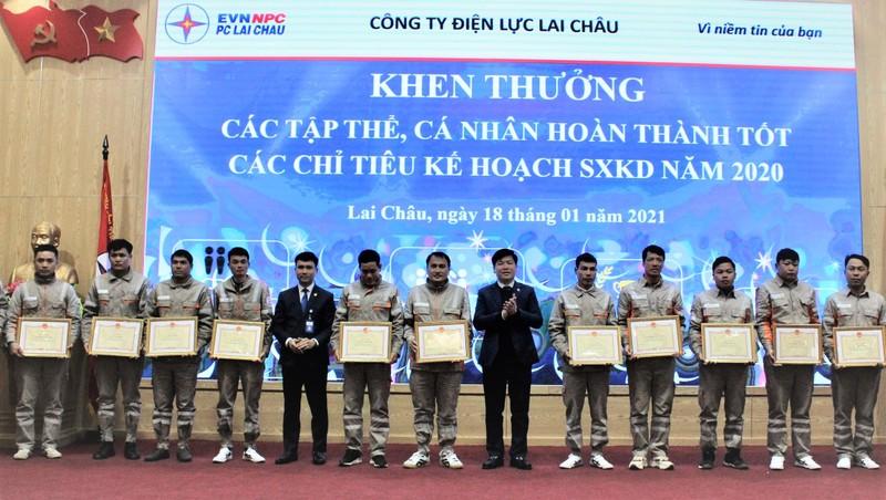 Ông  Bùi Xuân Thành - Giám đốc PC Lai Châu (thứ 6, phải sang) trao Giấy khen cho các công nhân lao động giỏi năm 2020