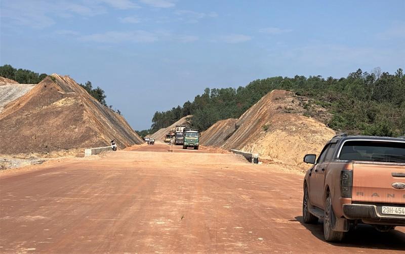 Cao tốc Cam Lộ - La Sơn dài hơn 90km qua 2 tỉnh Quảng Trị và Thừa Thiên Huế, với tổng mức đầu tư khoảng 7.699 tỷ đồng.