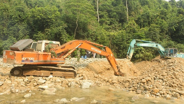 Điều thêm máy múc cỡ lớn để tìm kiếm các công nhân mất tích ở thủy điện Rào Trăng 3