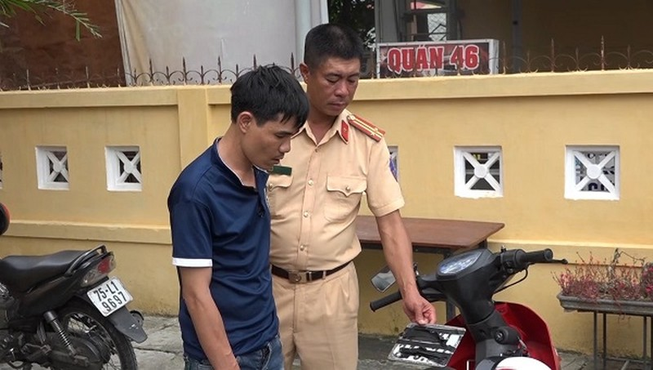 Đối tượng Trần Quốc Đạt cướp giật tài sản bị Trung tá Tuấn Anh bắt giữ.