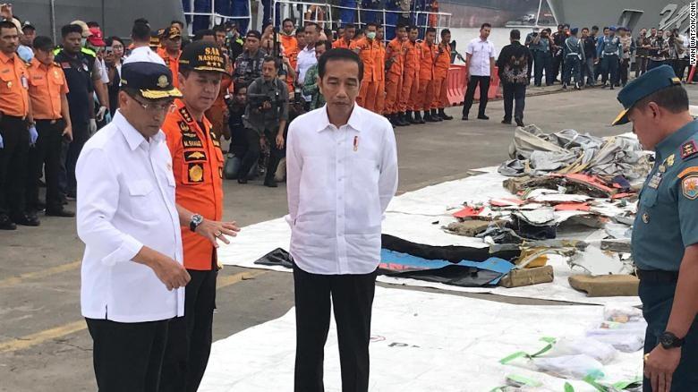 Tổng thống Indonesia Joko Widodo kiểm tra các mảnh vỡ của chiếc máy bay xấu số