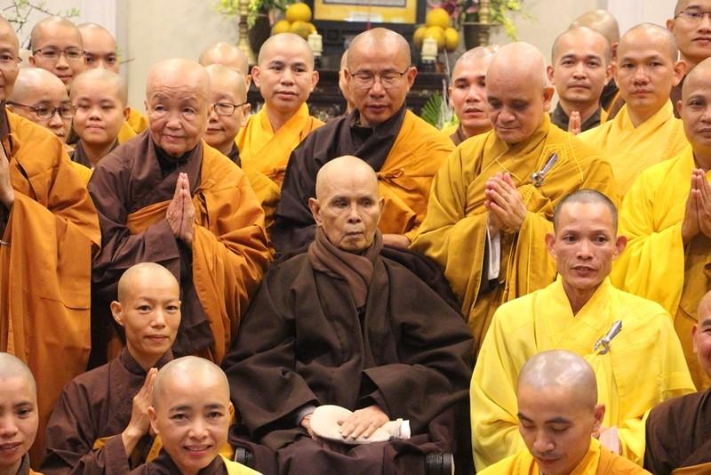 Thiền sư Thích Nhất Hạnh gặp phật tử đi lễ chùa đầu năm
