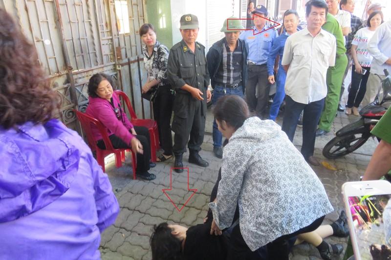 Bà Hải bị ngã rất đau đớn còn người gây ra thương tích thì đang rất hung hăng, trước mặt cảnh sát