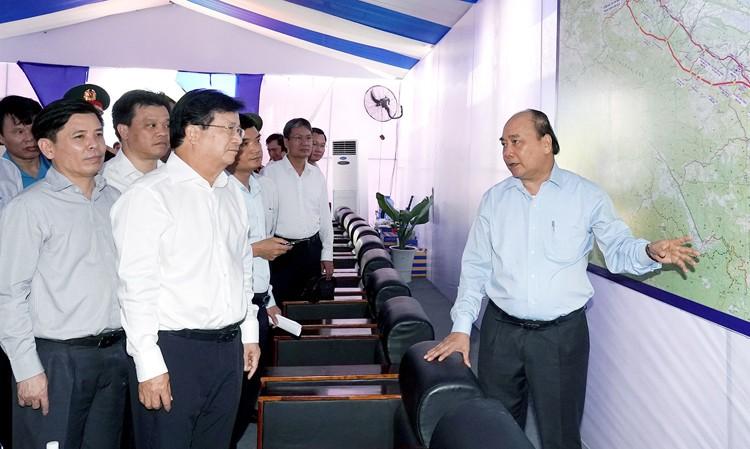 Thủ tướng Nguyễn Xuân Phúc trong một buổi làm việc với lãnh đạo Bộ GTVT và các Bộ, ngành liên quan đến dự án cao tốc Bắc - Nam