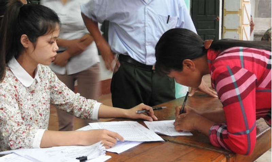 Người dân ký nhận tiền hỗ trợ vụ cá chết trên sông Bưởi.