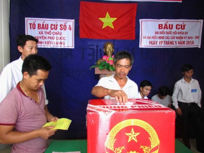 Người dân trên xã đảo Thổ Châu nô nức đi bầu cử đại biểu Quốc hội khóa XIV và đại biểu HĐND các cấp nhiệm kỳ 2016-2021.