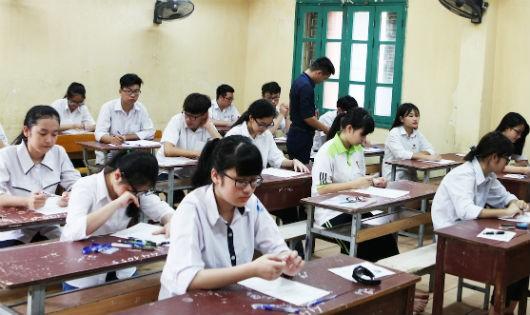 Học sinh ổn định chỗ ngồi chuẩn bị nhận đề thi làm bài.