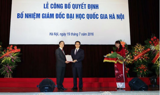 Phó Thủ tướng Vũ Đức Đam trao quyết định cho Giám đốc Đại học Quốc gia Hà Nội Nguyễn Kim Sơn.