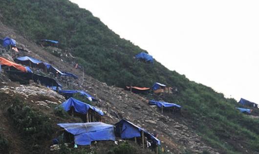 Lán trại của người dân khai thác vàng trái phép tại khu vực xã Nậm Xây, huyện Văn Bàn, tỉnh Lào Cai.