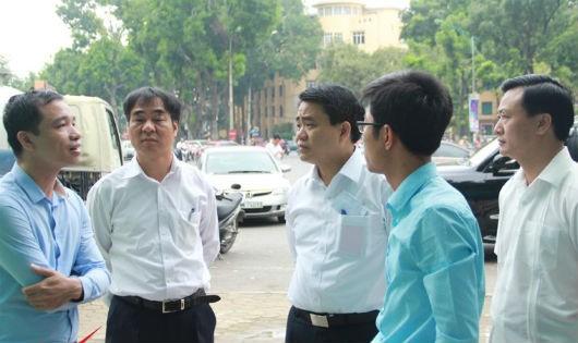 Chủ tịch Nguyễn Đức Chung trao đổi với chủ đầu tư nhà vệ sinh.