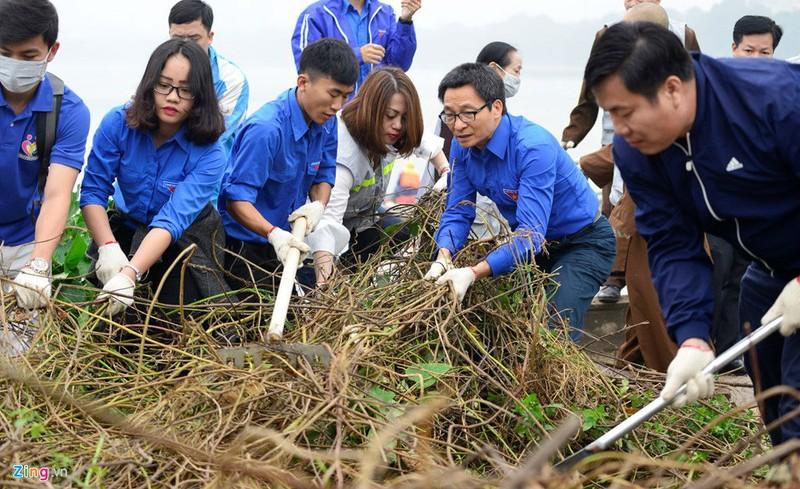 Phó Thủ tướng Vũ Đức Đam cùng sinh viên dọn rác làm sạch đẹp môi trường hơn.