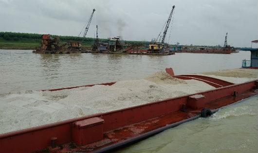 Tàu đang khai thác 'cát vàng' thuộc địa phận xã Sông Lô, TP Việt Trì. ẢNh Xuân Hồng.