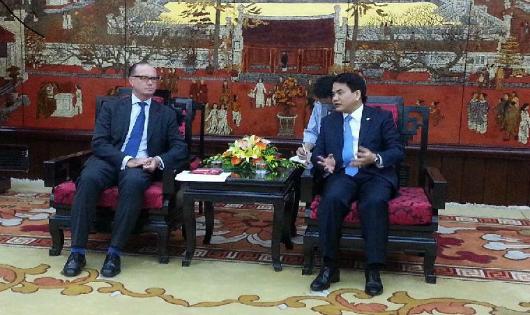 Chủ tịch UBND TP. Hà Nội Nguyễn Đức Chung trong buổi tiếp Đại sứ Áo tại Việt Nam Thomas Loidl.