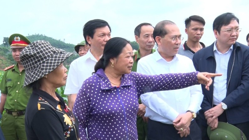 Phó Chủ tịch UBND tỉnh Phú Thọ Hoàng Công Thủy và tổ công tác thị sát tại sông Chảy đoạn chay qua xã Đông Khê