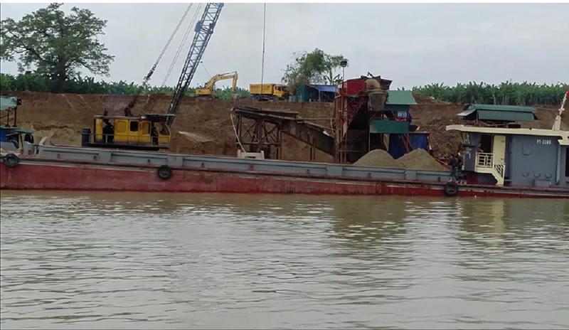 Tàu khai thác cát trên sông Lô.