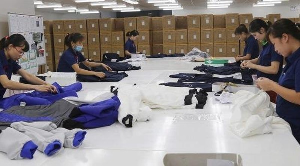 Kiểm tra chất lượng hàng may mặc tại Công ty TNHH Sakai Amiori, Phú Thọ.