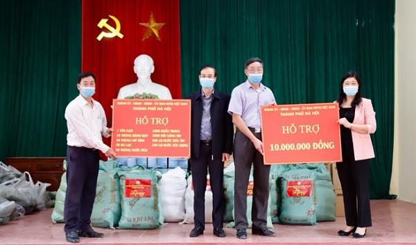 Hỗ trợ nhu yếu phẩm cho các hộ dân bị cách ly ở thôn Đông Cứu