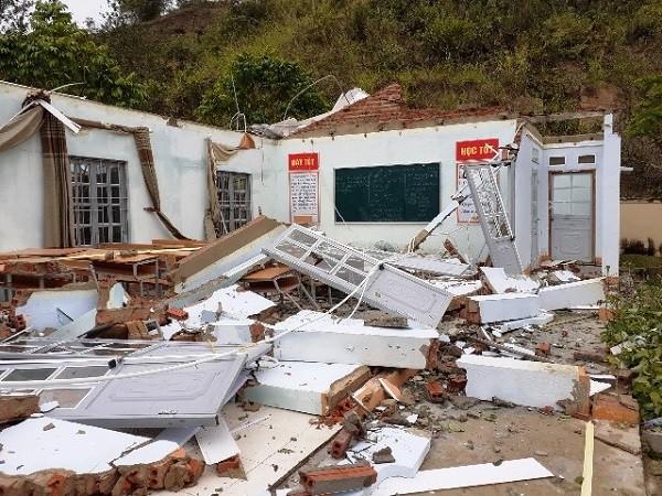 Gió lốc kèm mưa làm tốc mái, đổ sập nhiều cơ quan công sở tại thị trấn Nậm Nhùn