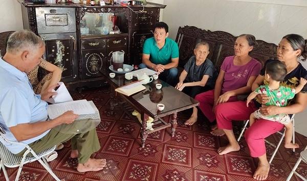 Thân nhân gia đình quân nhân Trần Đình Thi trao đổi với phóng viên. Ảnh: Xuân Hồng