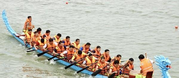 Khí thế hào hùng trong giải bơi chải của Lễ hội Đền Hùng 2021
