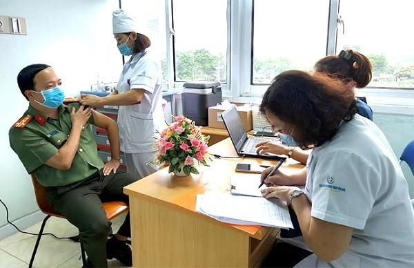 Tiêm vắc xin phòng COVID-19 cho 200 cán bộ chiến sĩ Công an Yên Bái