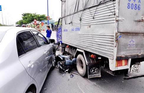 Xe tải đâm nhiều xe máy khi đang chờ đèn đỏ