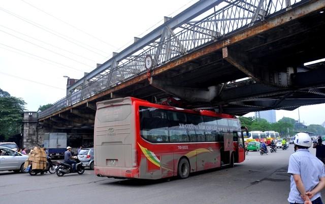 Xe khách về Hà Nội du lịch mắc kẹt trong gầm cầu Long Biên