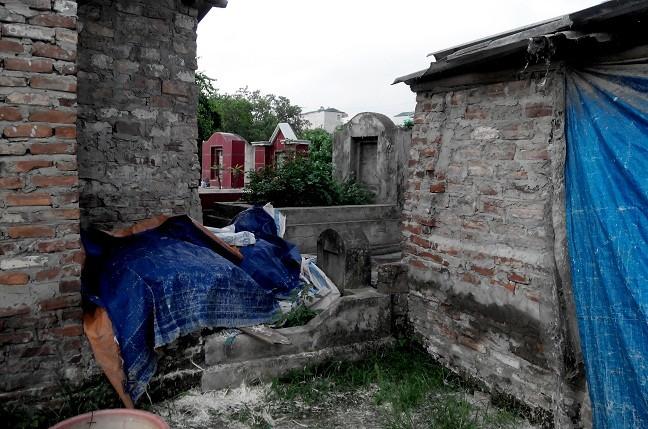 Hình ảnh nhếch nhác, ngổn ngang, không đẹp tại khu nghĩa trang khiến nhiều người phải ái ngại. (ảnh: Trần Kháng)