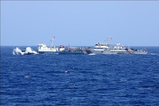 Các tàu cá Trung Quốc dàn hàng ngang tham gia bảo vệ giàn khoan. ảnh CSB
