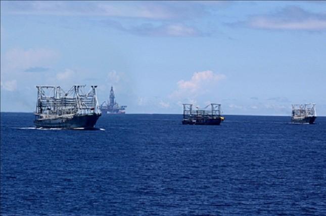 Các tàu cá Trung Quốc dàn hàng ngang tham gia bảo vệ giàn khoan.