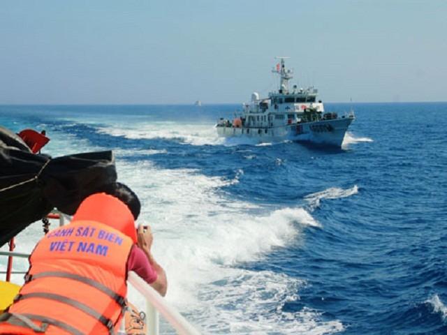 Tàu hải cảnh Trung Quốc cản tàu cảnh sát biển Việt Nam tuần tra chấp pháp trên biển. Ảnh: Hoàng Sơn