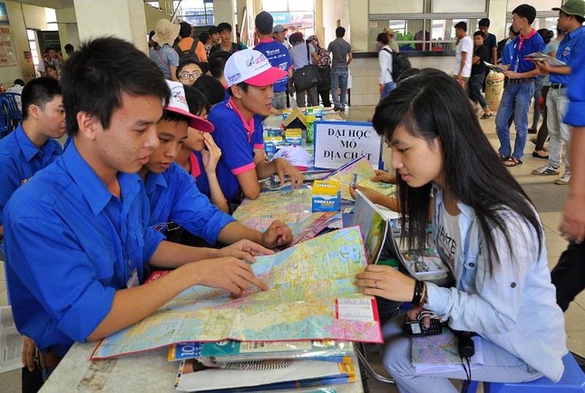 Tại các bến xe, nhà ga, các điểm trung chuyển xe buýt lớn trên địa bàn Thủ đô, sĩ tử và phụ huynh sẽ được các tình nguyện viên chỉ dẫn, giúp đỡ… (Ảnh:Trần Kháng)