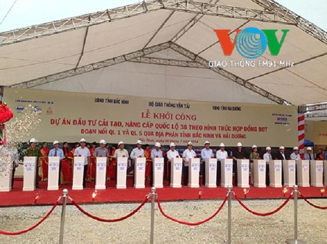 Phó Thủ tướng Hoàng Trung Hải, Bộ trưởng Đinh La Thăng và đại diện các tỉnh, các bên liên quan đến dự án bấm nút khởi công dự án. (Ảnh VOV)
