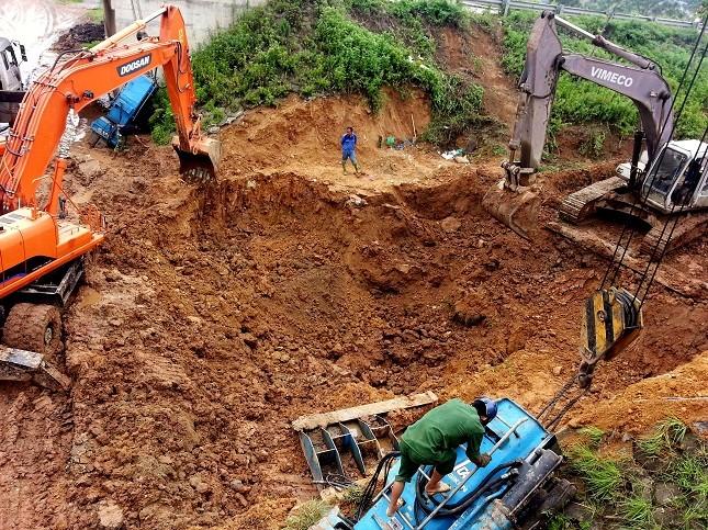 Làm việc không kể ngày đêm, hơn 150 công nhân, kỹ sư, 3 máy xúc, 2 máy ép cừ… đã khắc phục đường ống bị vỡ sau một ngày phát hiện. (ảnh: Trần Kháng)