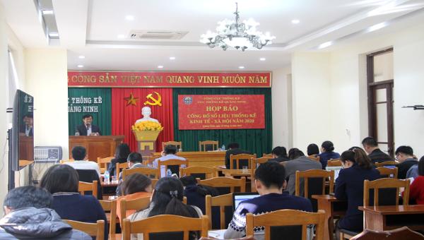 Ông Phạm Văn Chính, Cục trưởng Cục Thống kê tỉnh Quảng Ninh thông tin một số vấn đề cơ bản về tình hình kinh tế - xã hội của Quảng Ninh năm 2020. Ảnh: TL