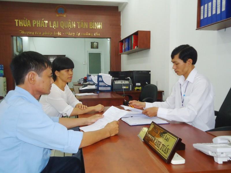 Ngày càng nhiều người dân tìm đến các văn phòng Thừa phát lại